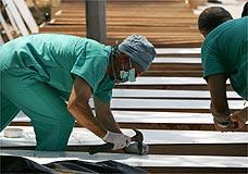 Caixões são preparados para enterro coletivo em Tiro, no Líbano